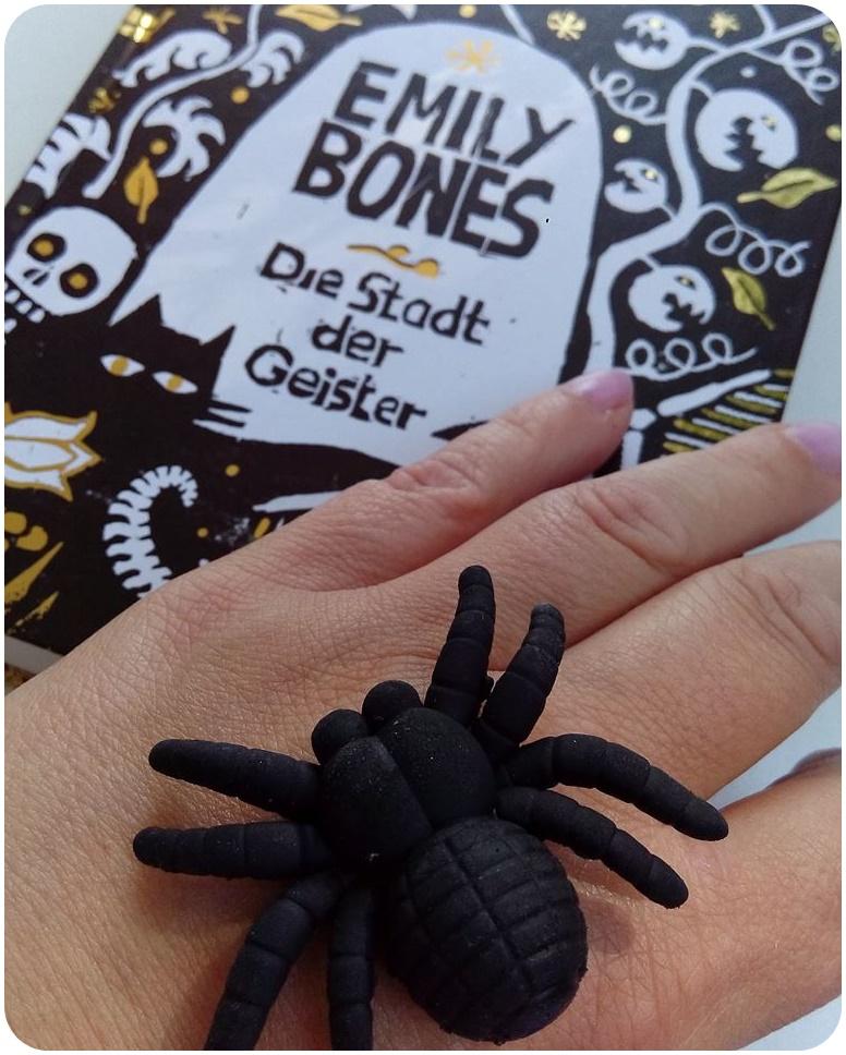 """alt=""""Emily Bones - Spinne"""""""